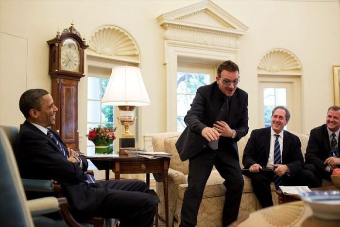 Natuuurlijk is Bono een graag geziene gast op het Witte Huis, waar hij een kopje thee met Barack Obama drinkt..