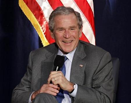 George Bush in meer ontspannen positie.. Tijdens een persconferentie in 2010, in de Ronald Reagan bibliotheek in de VS.