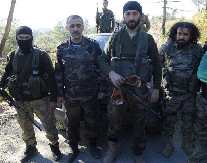 Alpaslan Celik staat trots met de scalp in zijn hand... Het zijn de handles van de parachute van de gedoodde Russische piloot.