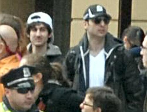 De twee jongens die de schuld zullen krijgen van de bomaanslagen. Zeg eens eerlijk, zien deze jongens op deze FBI-foto's eruit alsof ze iets in hun schild voeren. Of ziet het eruit alsof deze twee mannen een opdracht vervullen om rond te lopen, zoals hun werd gevraagd..? Klik op de foto voor nóg meer beelden van deze twee zondebokken.