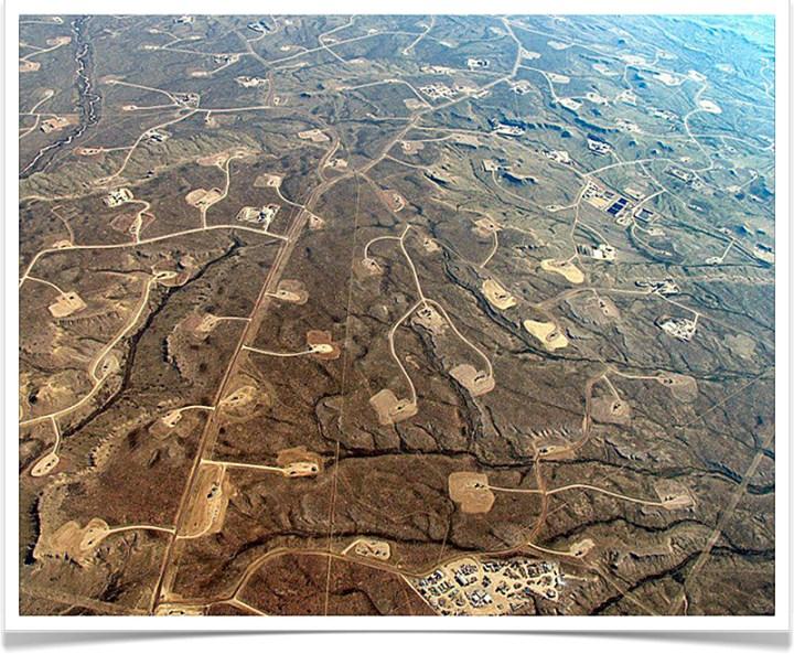 Tja, één plaatje schildert meer, dan duizend woorden kunnen vertellen. Een typisch landschap, zoals dat eruit ziet, wanneer de heren 'olie- en gaswinners' bezig zijn geweest met fracking..!