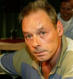 """Journalist Fred de Brouwer stierf afgelopen zondag in Thailand, als gevolg van een uiterst verdacht ongeluk. Peter de Vries heeft zijn woordje klaar.. """"Gewoon een ongeluk'.. 'Zelf gedaan'...!"""