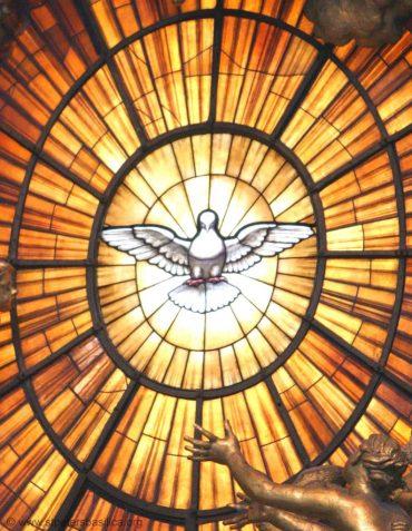 Het 'vuur van de Heilige Geest', zoals afgebeeld in de Grote Basiliek van St. Pieter in het Vaticaan.