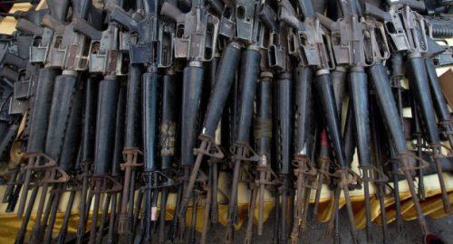 Israëlisch fabrikaat-wapens, buitgemaakt in een verlaten stelling van ISIS in noord-Irak.
