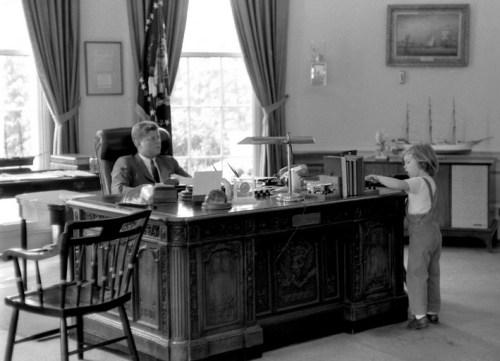 John F Kennedy met zijn dochter Caroline in het Oval Office van het Witte Huis.