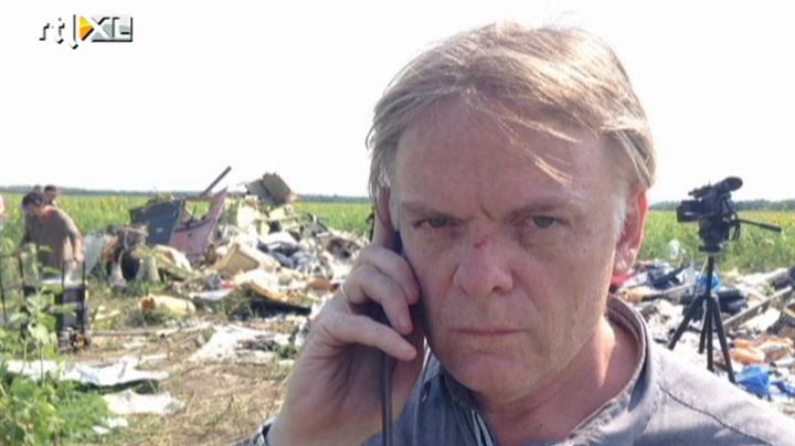 RTL-journalist Jeroen Akkermans op de rampplek van de MH17. Achter hem de wrakstukken van deze MH17, waartussen Jeroen het 'dingetje' vond..