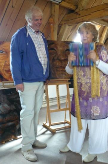 Judith Moore laat trots het eerste exemplaar zien van 'haar' Grootmoedersboek. De reis van 7 jaar was voltooid..!