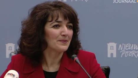 Nurtun Albayrak tijdens de persconferentie in Nieuwspoort, waar zij commentaar gaf als directeur over het rapport Scheltema. (klik voor lead)