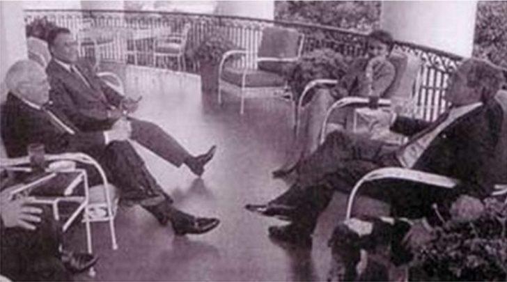 Een ontspannen clubje op het terras van het Witte Huis, donderdag 13 september 2001, twéé dagen na de aanslagen van 9/11..! Van links naar rechts Vice-president Dick Cheny, prins Bandar (Saudische ambassadeur), Condoliza Rice en George Bush jr.
