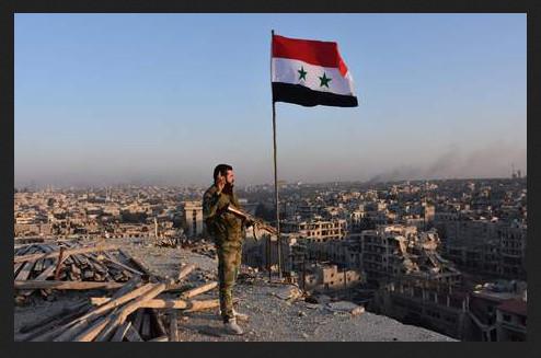 De Syrische vlag wappert boven de Syrische stad Aleppo. De zogenaamde 'opstandelingen', gesteund door het Westen van de regering Obama, zijn verdreven. Een einde aan de Syrische opstand is aanstaande.