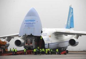 De Antonov-124 is een vrachtvliegtuig dat een enorme lading kan vervoeren.
