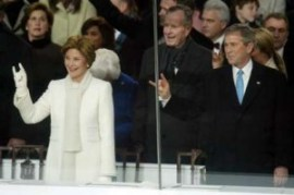 Laura en George in een geruststellend gebaar. 'De nieuwe president is daar.'