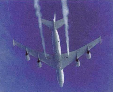 Nog één van de vele foto's die duidelijk laten zien, dat er speciale spray-openingen onder sommige vliegtuigen zijjn aangebracht.