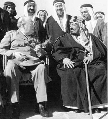 Februari 1945 De Britse regeringsleider Winston Churchill, op de top van zijn politieke macht, ontmoet Adbul Aziz.