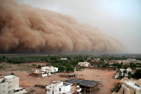 Een binnenrollende zandstorm vanuit een Zuid Afrikaanse woestijn.