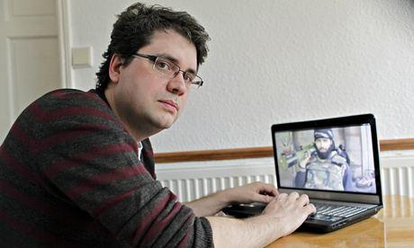 Eliot Higgins van Belingcat. Hij is één van de musketiers, die vanachter hun thuiscomputer het werk doen, wat internationale grote onderzoeksbureau's niet zouden kunnen doen..