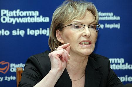 De Poolse minister van Gezondheidszorg. Welk TV-programma gaat nou eens bij háár op bezoek om het verhaal van de farmaceutische geheimhouding te horen. Zij heeft nog niets getekend, en kan dus WEL vrij-uit spreken..