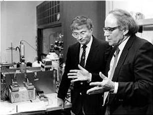Electrochemicus Fleischmann en Fysicus Pons in een stevige discussie. Klik op de foto voor een prachtige artikel over deze ontdekking..! (klik voor artikel hier op de site)