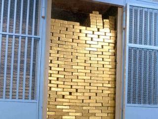 Enige jaren ná de overname van de dollar door de FED, verdween de melding 'worth 1 dollar IN GOLD' van de Amerikaanse dollarbiljetten. Vanaf dat moment was het goud van de particuliere(n) (banken) die de FED vormen..! (Klik op de illustratie voor info)