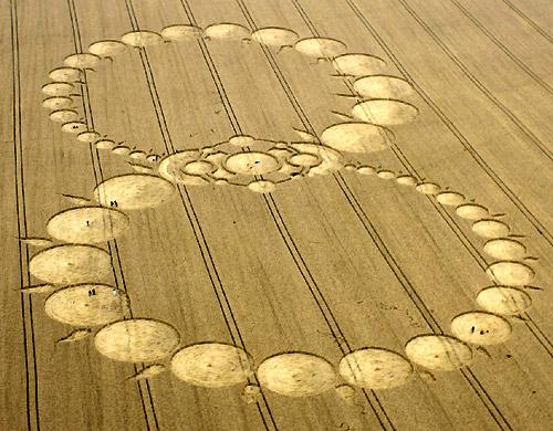Zelfs van de meest gecompliceerde graancirkel, zoals deze op 8 - 8 - 2008 in Wiltshire (UK) verscheen, zul je NIETS in de kranten zien staan! Misschien is het een teken aan de wand: Lemniscaat: teken van oneindigheid. Hoe groot moeten de graancirkels worden, willen ze de 'pers' halen. Mogen ze dáár stil getuigen van de aanwezigheid van de kosmische verbinding van de mens. Volgens het medium Judith Moore zijn graancirkels de 'ontmoetingsplekken tussen mens en kosmos'.
