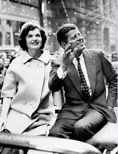 JFk met zijn echtgenote Jacqueline, tijdens een parade in New York.