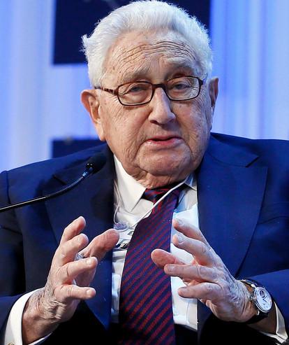 De uiterst sluwe Henry Kissinger bleef altijd nét achter de werkelijke wereldtop zijn eigen manipulerende spel spelen..!