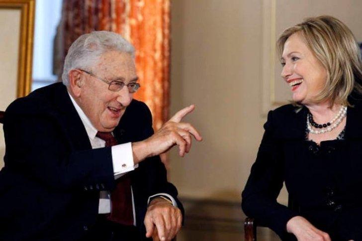 De invloed van Kissinger is vandaag de dag nog aanwezig in de politieke arena in de VS. De kindermisbruikende Hillary Clinton is van hetzelfde laken een pak. (klik voor artikel over Hillary Clinton)