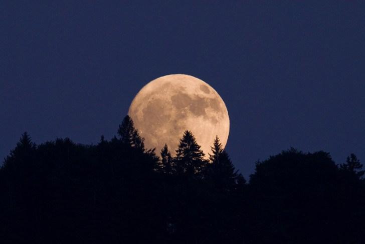 Moon Raising.. De maan lijkt steeds meer tot de verbeelding te spreken; een teken des tijds?