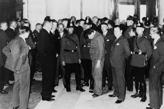 Het is februari 1933 wanneer Marinus van der Lubbe als zondebok wordt gepresenteerd, na de brand in de Reichstag in Berlijn. Dat hij onschuldig was, was niet belangrijk; de Nazi's hadden een perfecte aanleiding de verkiezingen te claimen op basis van de wandaden van deze 'communist'..!