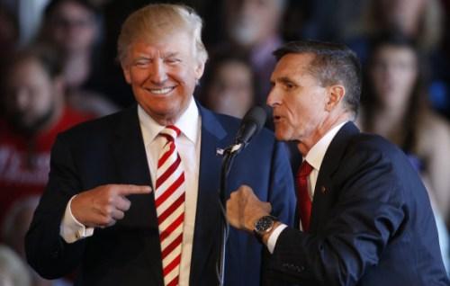 Mike Flynn samen met Donald Trump op een verkiezingsbijeenkomst.