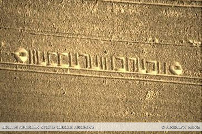an rechts naar links staat er: Phehthi of Ptah (de Egyptische god van de schepping) en Ea-cheche of Ea-enki (De Sumerische God van de wijsheid, of vriend van de mens).