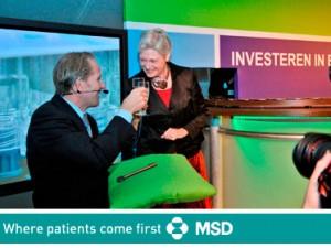 Proost! De minister wordt bedankt voor haar PR-werk voor de firma MSD.