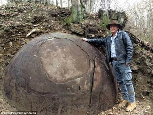 Wie weet loop je hem tegen het lijf op 'Earth & Beyond 2016', deze Dr. Sam Semir Osmanagich. De ontdekker van de Bosnische piramides.