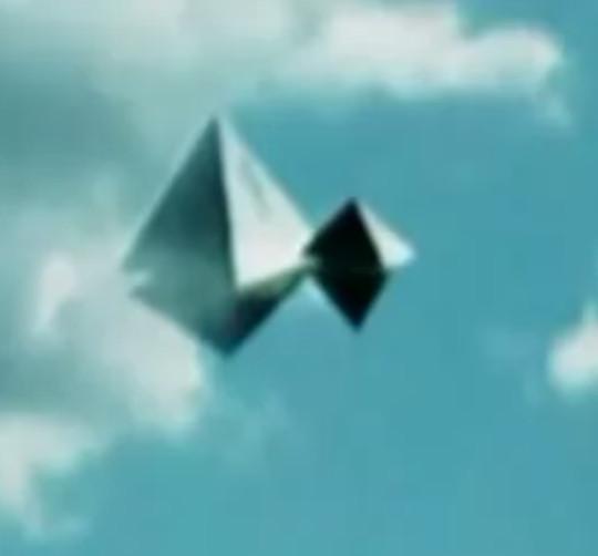 Foto's van UFO's en vooral filmpjes zijn tegenwoordig meer regel dan uitzondering. Ook deze opname van een zg. piramide-UFO, is indrukwekkend. Geen fotoshop. (klik voor artikel!)