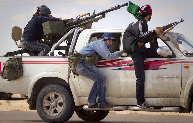 En hup, een schoon trainingspak aan en op weg naar Syrië...! Het plaatje dat bij het officiële sprookje hoort.. Hoe romantisch toch, die 'rebellen' en 'vrijheidsstrijders'...!!