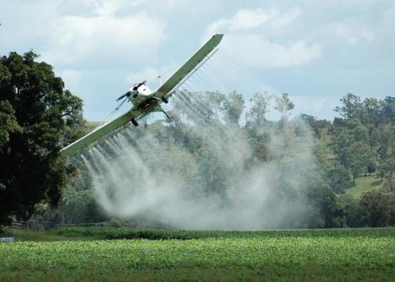 Monsanto's 'Round-up' wordt met miljoenen liters gesproeid over gewassen overal ter wereld. De planten zijn GM-beschermd tegen dit gif, maar de mens en de Aarde..?