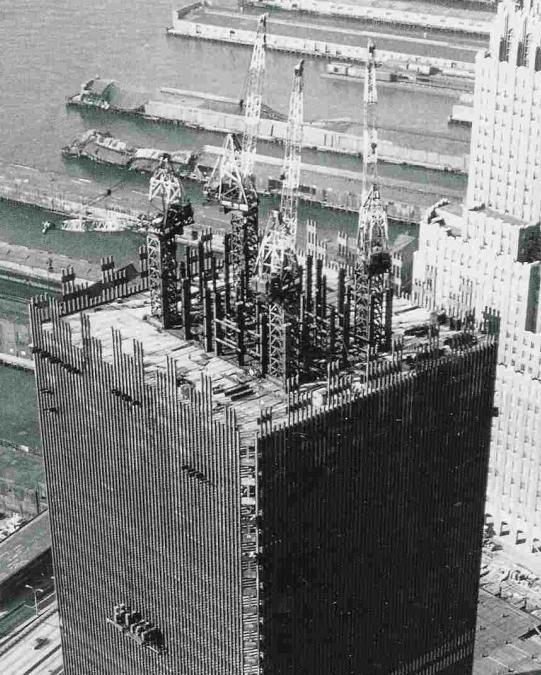 Een van de WTC-torens in aanbouw, in de jaren 1970. Duidelijk is de krachtige en rigide structuur te zien, waarom heen het gebouw werd opgetrokken. 7 á 8 cm-dikke stalen balken. De liften werden hiertussen in gesitueerd door de architecten. Zie illustratie hieronder.