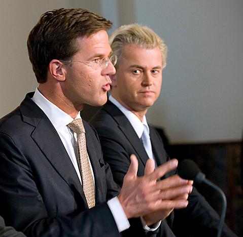 September 2010: de PPV gedoogpartij gaat het CDA en VVD mogeljik maken, zonder de PVV te regereen. De achterdocht op het gezicht van Wilders bleek niet snel daarna te worden omgezet in het opblazen van deze politieke constructie..