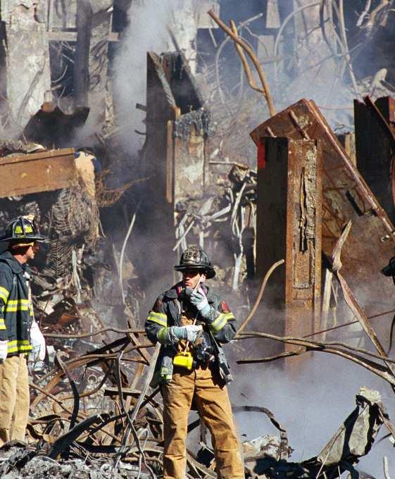 Het was voor velen al snel duidelijk, dat er heel andere krachten achter de aanslagen van 9/11 zaten. Kijk eens naar de wijze waarop deze stalen balk is doorgebrand! Vliegtuigen?