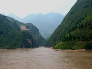 De rivier staat symbool voor het oneindige leven. De cyclus van leven en dood en het stromen van levensenergie vanuit de sneeuw op de bergtoppen terug naar naar de (levens-)zee..