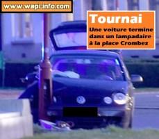 Tournai : une voiture termine dans un lampadaire à la place Crombez