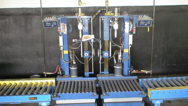 Drum fill station on pallet conveyor