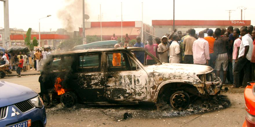 Ivory Coast UN vehicle set alight by blacks, Abidjan, 13 January 2011, by Stefan Meisel (CC2) [880x440]