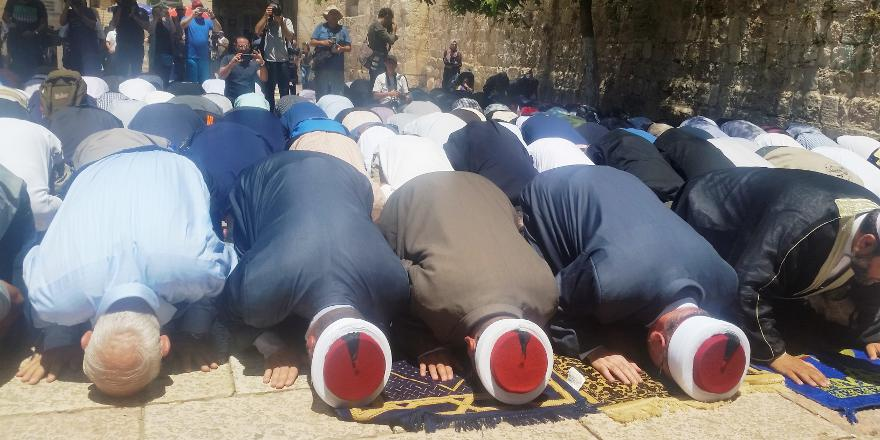 Israel, Temple Mount, Palestinian Arabs worship at mosque following murder of Israeli policemen (Nir Hasson, 16 July 2017)