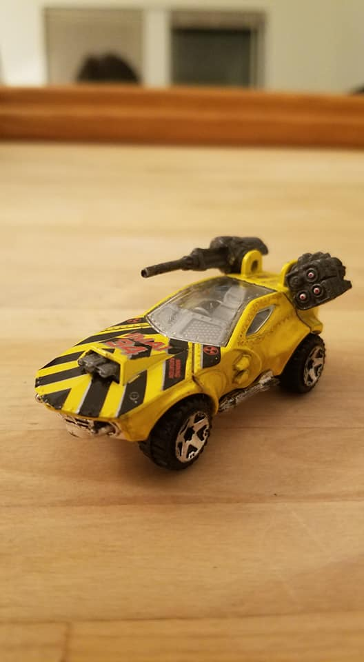 Carrito de juguete marca Hot Wheels modificado para jugar Gaslands, en estado WIP (por las siglas en inglés de Trabajo en Progreso)