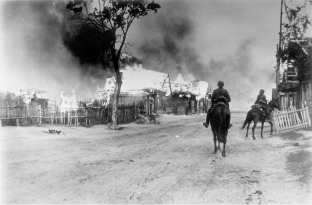 A burning village in Russia - Bundesarchiv, Bild 101I-137-1032-14A / Kessler, Rudolf / CC-BY-SA 3.0