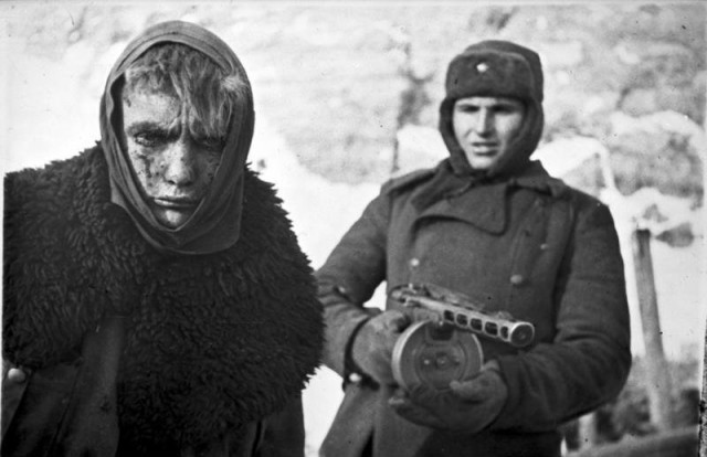 A Red Army soldier marches a German soldier into captivity after the battle of Stalingrad - Bundesarchiv / CC-BY-SA 3.0