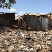 Typisches Straßenbild im Slum