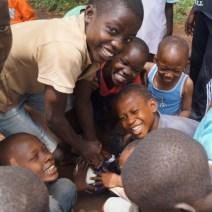 Kinder mit ihrem neuen Ball