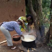Molly und Rosemary beim Kochen in Kajulu Guba